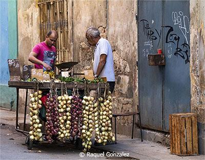 Raquel_Gonzalez_Image-of-the-Month_March-Color-AA_Cuban-Vendor
